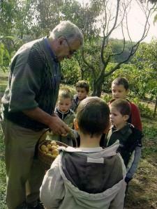 Visite scolaire b 225x300 Les objectifs du Verger conservatoire du Vernet